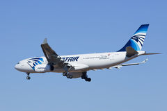Atterrissage d'EgyptAir Airbus A330-200 dans Pékin, Chine Photos stock
