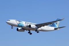 Atterrissage d'EgyptAir Airbus A330-200 dans Pékin, Chine Photographie stock