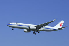 Atterrissage d'EgyptAir Airbus A330-300 dans Pékin, Chine Image stock