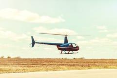 Atterrissage d'hélicoptère à l'héliport Image stock