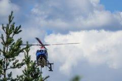 Atterrissage d'hélicoptère de police images libres de droits