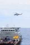 Atterrissage d'hélicoptère sur la plate-forme de pétrole marin, transfert de passager au pétrole marin et plate-forme de gaz pour images stock
