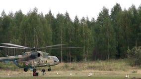 Atterrissage d'hélicoptère sur la vidéo de secteur de décollage banque de vidéos