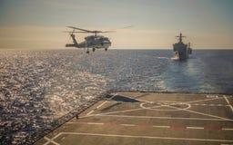 Atterrissage d'hélicoptère sur le navire de guerre photo libre de droits
