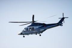 Atterrissage d'hélicoptère sur une huile-usine en mer Photos stock