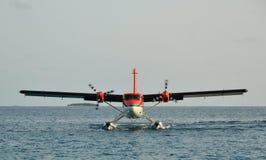 Atterrissage d'hydravion chez Bathala (Maldives) Photos libres de droits