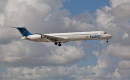 Atterrissage d'Insel Air MD80 à l'aéroport international de Miami Images stock