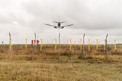 Atterrissage d'un avion civil Photo libre de droits