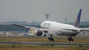 Atterrissage d'United Airlines Boeing 777 banque de vidéos