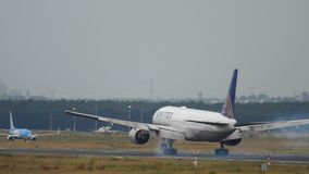 Atterrissage d'United Airlines Boeing 777 clips vidéos