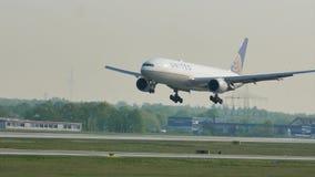 Atterrissage d'United Airlines dans l'aéroport de Francfort, FRA banque de vidéos