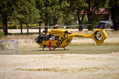 Atterrissage d'urgence de Garching d'un hélicoptère d'ADAC avec Images stock