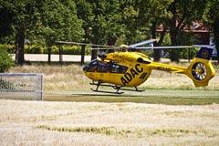Atterrissage d'urgence de Garching d'un hélicoptère d'ADAC avec Photographie stock