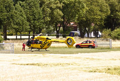 Atterrissage d'urgence de Garching d'un hélicoptère d'ADAC avec Photo stock