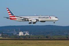 Atterrissage de approche d'American Airlines Boeing 787 Dreamliner Photos libres de droits