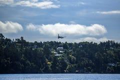 Atterrissage de approche d'avion, Bergen Airport, Norvège Images stock