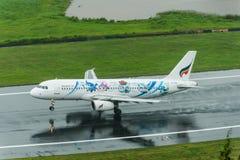Atterrissage de Bangkok Airways à la piste humide d'aéroport de Phuket Images libres de droits