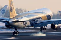 Atterrissage de Boeing 757-200 EI-DUD de lignes aériennes de Je-mouche à l'internat de Vnukovo Images libres de droits