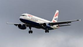 Atterrissage de British Airways Airbus A320 Photographie stock