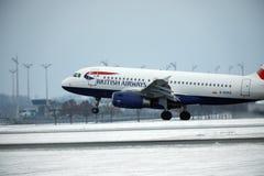 Atterrissage de British Airways Airbus A319-100 G-EUPD sur l'aéroport de Munich Image libre de droits