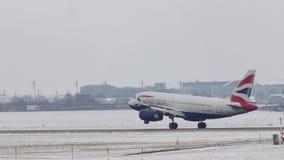 Atterrissage de British Airways Airbus A319-100 G-EUPJ sur l'aéroport de Munich banque de vidéos