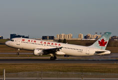 Atterrissage de Canad Airbus A320 d'air Photographie stock