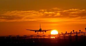 Atterrissage de crépuscule d'aéronefs Image stock