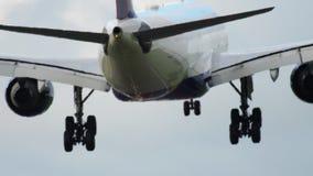 Atterrissage de Delta Airlines Airbus A330 banque de vidéos