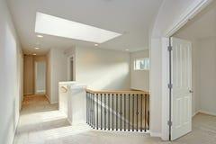 Atterrissage de deuxième étage avec la lucarne et l'escalier image libre de droits
