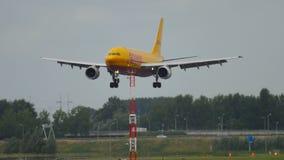 Atterrissage de DHL Airbus 310 banque de vidéos