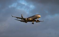 Atterrissage de Finnair Embraer ERJ-190 Photo stock