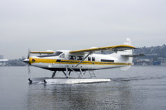 Atterrissage de Floatplane sur le lac Photographie stock