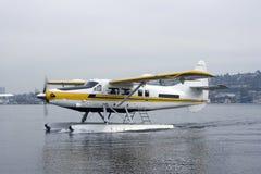 Atterrissage de Floatplane sur le lac Photographie stock