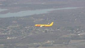Atterrissage de jet de cargaison de DHL banque de vidéos