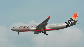 Atterrissage de Jetstar Airbus A330 à l'aéroport de Changi Photographie stock libre de droits
