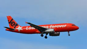 Atterrissage de Jetstar Airways Airbus A320 à l'aéroport international d'Auckland Photographie stock