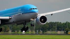 Atterrissage de KLM Boeing 777 banque de vidéos