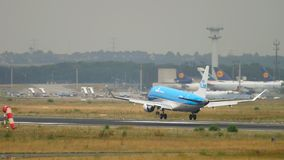 Atterrissage de KLM Cityhopper Embraer 175STD banque de vidéos