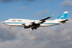 Atterrissage de l'avion de passagers 9K-ADE de Kuwait Airways Boeing 747-400 à l'aéroport de Francfort photo libre de droits