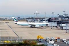 Atterrissage de ligne aérienne commerciale à l'aéroport international de Kansai Images stock