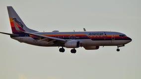 Atterrissage de livrée de calorie d'air d'American Airlines Boeing B737 rétro photos libres de droits