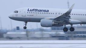 Atterrissage de Lufthansa Airbus A320-200 D-AIZE dans l'aéroport MUC de Munich clips vidéos