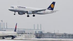 Atterrissage de Lufthansa Airbus A320-200 D-AIZW dans l'aéroport de Munich, dans la neige banque de vidéos