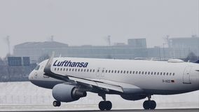 Atterrissage de Lufthansa Airbus A320-200 D-AIZZ sur l'aéroport de Munich, MUC, neige banque de vidéos