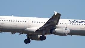 Atterrissage de Lufthansa Airbus A321 banque de vidéos