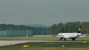 Atterrissage de Lufthansa dans l'aéroport de Francfort, FRA Atterrissage clips vidéos