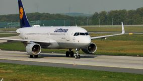 Atterrissage de Lufthansa dans l'aéroport de Francfort, FRA Atterrissage banque de vidéos