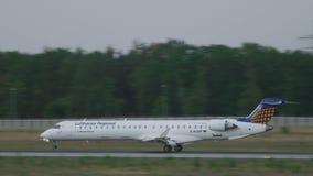 Atterrissage de Lufthansa Regional CRJ-900 banque de vidéos
