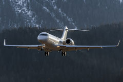 Atterrissage de montagne sur des Alpes en hiver blanc Image libre de droits