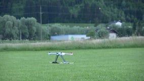 Atterrissage de Multicopter sur l'herbe banque de vidéos